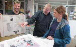 PO och Mats Westman har lite synpunkter på Lisbeth Boholms litografi. Foto: Roland Engvall