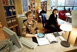 Bibliotekarierna Ann-Kristin Bos och Birgitta Torstensson är nöjda med löftena om ökad säkerhet för de som arbetar eller besöker biblioteket. Men de tycker också synd om de personer som ställer till problem. Foto: LARS WIGERT