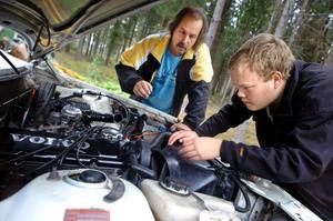 Bilkoll. Joacim Olsson och Mats Grandin gör en sista koll på volvo 240:n som de nyligen har bytt motor i.