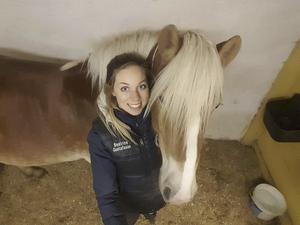 Beatrice Gustafsson är ordförande för nybildade Muskö Hästsportförening. Här tillsammans med familjehästen Saga, en sexårig Haflinger.