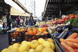 Friska dofter sprider sig från marknaderna vid Athinasgatan.   Foto: Mikael Nilsson/TT