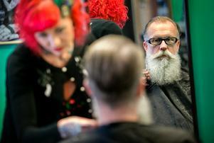 SKÄGGIGT. Urban Svensson började odla skägg långt innan det blev trendigt. Var sjätte vecka går han till barberaren Jessica Gunnarsson för att skägget ansat och format.