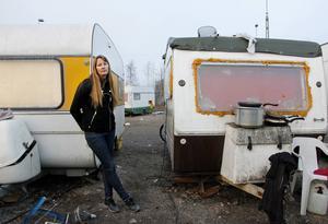 Pirjo Holmström är politiskt aktiv i Miljöpartiet och besöker dagligen husvagnslägret på Södra kajen. Hon skriver även en bok om deras situation i Sundsvall.