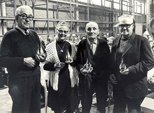 EIA:s trotjänare Edvin Jansson, Olga Bergenheim, Erik Öhman och Georg Söderlund fick ta emot en varsin kopia av skulpturen Stålblomman som finns vid entrén i Edsbyn under invigningen av smedjan 1972.