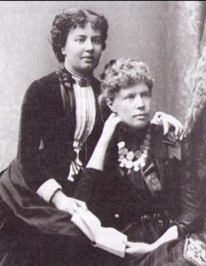Anne Charlotte Leffler och hennes bästa vän Sofia Kovalevskaja. Anne Charlotte Lefflers bror Gösta Mittag Leffler hade ordnat en professur vid Stockholms högskola till ryska matematikern Sofia Kovalevskaja. Hon blev därmed världens första kvinnliga matematikprofessor. Tillsammans skrev Sofia Kovalevskaja och Anne Charlotte Leffler ett drama.