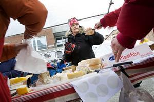 Elzita Persson provsmakar jämtländsk ost. Hon fastnar för osten Rosa från Revsund. Försäljaren Eva Sandgren Forslund berättar att affärerna går lysande, Rosa, vit capri, blå Astrid det glesnar snabbt i korgarna i marknadsståndet.