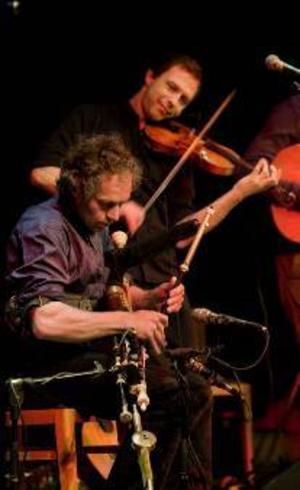 Marco Pollier, irländsk säckpipa, och Esbjörn Hazeius, fiol, cittern och sång, är två av medlemmarna i populära folkmusikbandet Eitre.