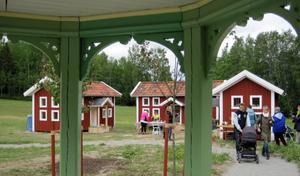 Fin-fina lekstugor på Stenegård i Järvsö. Foto: Stig Andersson
