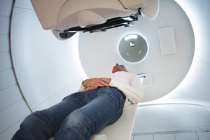 Skandionkliniken där protonstrålningen ges är bland de mest moderna i världen. Patienten ligger på en brits som styrs av en industrirobot och strålkanonen kan snurras runt för att behandla tumörer i alla delar av kroppen.