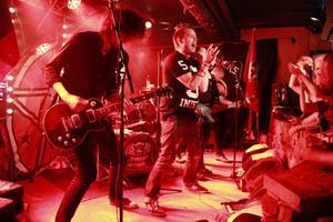 Med i bandet finns bland annat Hjalle och Heavy som i slutet av 90-talet var med i tv-programmet På Rymmen.