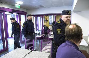 Josefin Halvarsson, Thomas Bergström och Niklas Modig patrullerar på Navet för att förebygga brott.