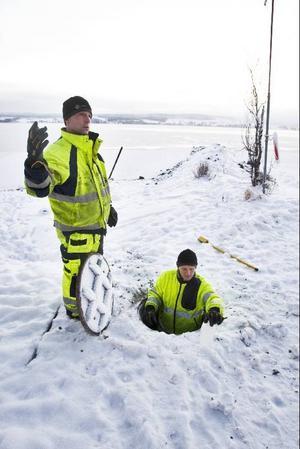 För Berth Andersson och Stefan Lundin är det vardagsmat att ta prover i dagvattenbrunnar.