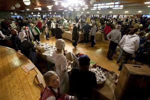 Det var trångt om saligheten på Mo marknad i Molidens Folkets park. Men stämningen var god och besökarna många.