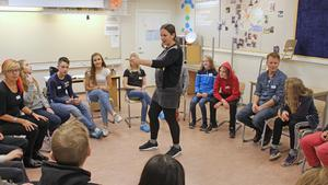 Först ut hälsade Dalateatern på Söderbaumska skolan i Falun.