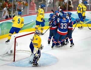 Slovkien firar 4-2-målet som sänkte Sveriges OS-drömmar.