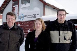 Elis företag som i dag heter Lekebergs Rör ligger kvar på samma plats och i samma byggnader som för 80 år sedan. Till vänster står tidigare ägaren Per Eriksson och på högerflanken finns fjärde generationens ägare, sonen Peter, och i mitten hans sambo Jenny.