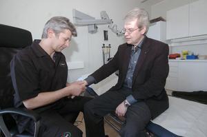 Björn Mårtensson som uppvaktade den nya hälsocentralen för Alfta Rehabs räkning passade på att få sin hand undersökt av Ortepeden Mats Hamberg.