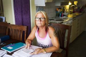 Susanne Bergman, Micaels sambo och numera även förvaltare, har fört anteckningar i en kalender om det som har hänt Micael under tiden han har vårdats för det brutna fingret, psykosen och hjärnskadan.