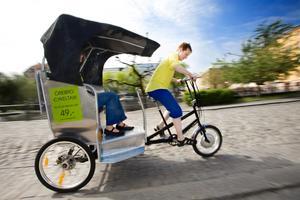 Tramptaxi. Adam Hallin har skaffat sig ett nytt jobb. I sommar ska han köra runt örebroarna    med hjälp av cykeltaxi. Här prövar Stadslivs reporter en tur i det miljövänliga fordonet.