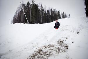När Magnus Andersson kom till sin arbetsplats i Bollebacken på torsdagen visade sig mycket av den senaste tidens jobb med snötillverkning ha förstörts av en bandvagn.