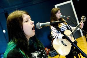 Johanna Fjellström och Ebba Svelander är sångarna i bandet.