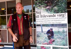 Bredvid ingången till möteslokalen satte Gunnar Håkansson upp en skylt som visar vad han tycker om vargarna.Efter mötet förklarade han vad han tyckte om Tobias Gustavssons föreläsning.– Högintressant och kanonbra.