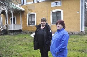 Siv Englund och Catarina Lindström, hyresgäster på Skolvägen, tycker att det är bra att fastighetsägaren får press på sig att åtgärda felen.