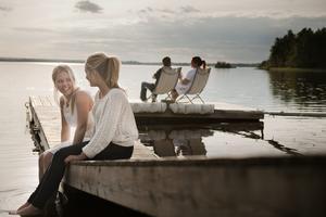 Livet nära sjön ger ro och avkoppling. Ellen och Emilia tycker det är skönt att slippa åka runt och leta sig fram till olika badplatser när det är läge för en utflykt.