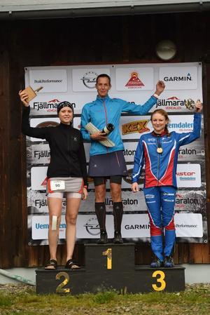 Damernas prispall på 44 km. Foto: Vemdalens fjällmaraton