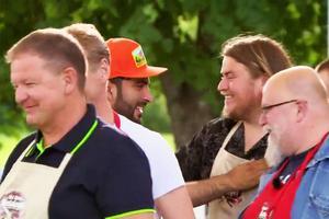 Glada miner trots förlust. Erik Ekstrand gratulerade vinnaren Behrang Miri efter semifinalen i Matslaget. Helt nöjd var svegaren dock inte.