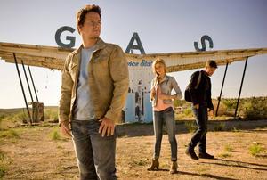 Mark Wahlberg spelar en mekaniker som råkar väcka gamle Optimus prime till liv, åratal efter den senaste drabbningen. I