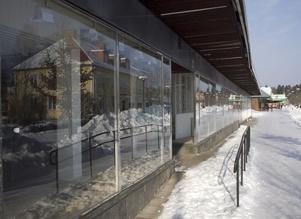 Speglar verkligheten. Spegelbilden är det mest intressanta när man går förbi gamla Järnialokalens skyltfönster. Det finns nämligen ingenting innanför. Tre butikslokaler står just nu tomma på Köpmansgatan.Foto: JACKie MEH