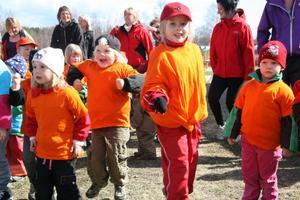 Vårruset startade med uppvärmning intill Nordanängs förskola. Barnen lyfte armarna och hoppade för att komma igång.