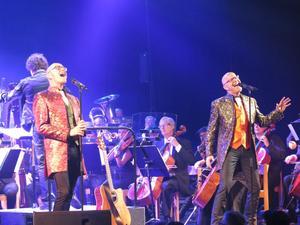 Bröderna Rongedal bjöd på en härlig hyllning till David Bowie, och publiktrycket var hårt. Det blev en extrakonsert. Foto: Ebba pettersson