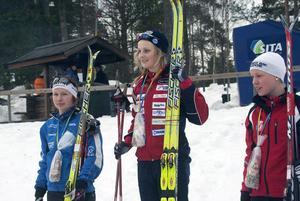 Svenska juniormästarinnorna i sprint i D17–18. Från vänster Evelina Settlin, Hudiksvall, vinnaren Stina Nilsson, Malung, och trean Julia Svan, Vansbro.