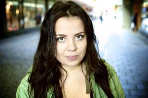 Paulina Lassbo,17 år, student, Säter– Ja det är väl klart, det är ju det det kretsar kring. Allmänheten är ju fokuserad kring Facebook och Twitter och även personer runt omkring, så det krävs ju för att hålla sig med.