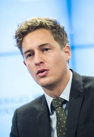 Emil Källström (C) ville ha svar på frågan om sex timmars arbetsdag kommer införas under mandatperioden.