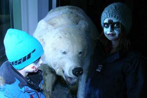 Nils och Nora Hedkvist hade sminkat sig inför halloweenträffen med levande och uppstoppade djur på Järvzoo.