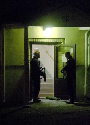 Efter att 33-åringen kommit under vård genomförde Dalapolisen en tungt beväpnad insats vid Ängkärrsgatan – där de även genomförde en husrannsakan.