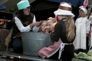 Brummelman och Brummelisa blir skrubbade i badbaljan med tvål och borste. De ska bli så fina och rena.