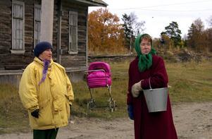 """Några hundratals människor bor fortfarande på Solovetskijöarna där Sovets första koncentrationsläger, Gulag, anlades på 1920-talet. Just de här kvinnorna är kanske inte med i Svetlana Aleksijevitjs bok """"Tiden second hand"""", men hon har intervjuat många mänga kvinnor under 20 års tid. Foto: Jan Collsiöö"""