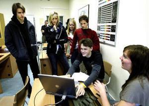Joakim Bergdahl, Julia Bergqvist och Sebastian Sjödin får en introduktion till fysiklaborationernas värld av Maxim Simonov och Kristina Larsson.
