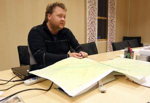 Lars Wallberg ser helst att järnvägen hamnar i Bränta, men då krävs snabba beslut, annars rinner tiden undan.