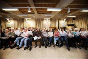 74 män och kvinnor i åldrarna 65 och över. Idén till en kör för seniorer kommer först från Musik i Väst, där man snabbt märkte att körmedlemmarna tog hjälp av sina barnbarn för att hitta passade rock och poplåtar till körens repertoar.