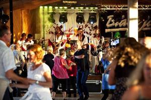 Många danssugna lockades till Ön i Hedesunda för att sväng om till dansbanden Larz-Kristerz och Black Jack.