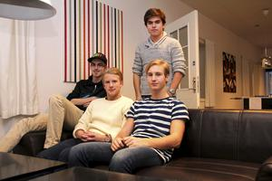 Christoffer Nilsson, Emil Andersson, Anton Sjöström och Benjamin Fischer (stående) går tredje året på teknikprogrammet på ABB-gymnasiet i Sala. I november var de iväg på praktik i Thailand.
