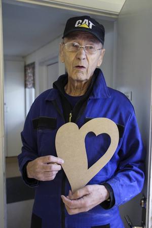 Björn Lindberg gör hjärtan som han sätter spegelglas i. Nu ska den målas och en textrad ska skrivas in.