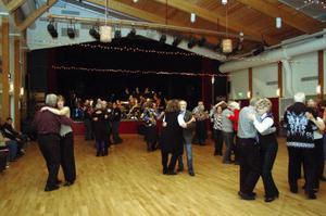 Dansgolvet fylldes på rätt bra till tonerna av storbandsmusiken.Foto: Carin Selldén