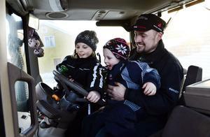 Barnen Linnea och Elias följer gärna med pappa Daniel Bergström i traktorn.