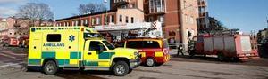 Trafiken spärrades av på både Södra Kungsgatan och Brunnsgatan när räddningstjänsten släckte branden och vädrade ut röken.